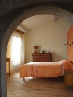 la chambre avec 2 fenêtres à l'Est