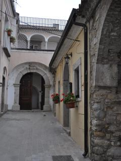 Portone dell'ingresso esterno con vista del porticato