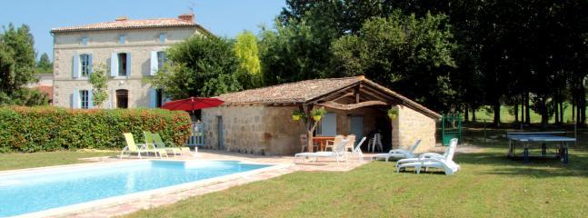 Piscine avec pool house ( douche , WC , coin cuisine) lits de bain , parasol et salon jardin