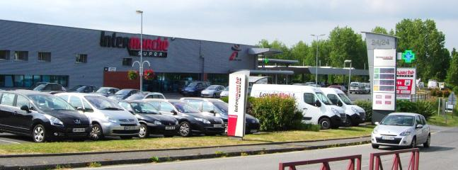A large INTERMARCHE supermarket is convenient to the house, in Guemene