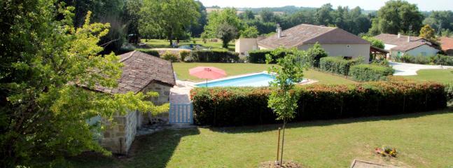 vue de la piscine et du pool house depuis les chambres