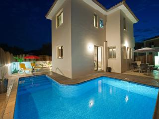 Beautiful fully detached villa.Private pool. Close to beach,bars and restaurants