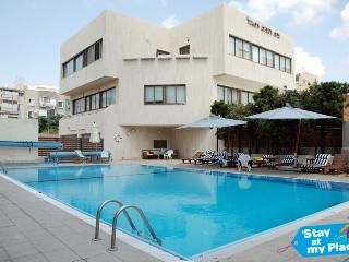 Beautiful Basel Tower - 2 Bedroom (Swimming Pool & Gym), Tel Aviv