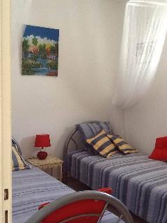 Chambre 2 climatisée, 2 lits en 90, matelas Dunlopillo, moustiquaires, et ventilateur mural