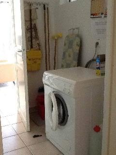 cellier avec machine à laver, planche à repasser, fer, balai etc...