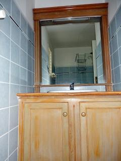 Meuble lavabo et miroir dans la salle d'eau