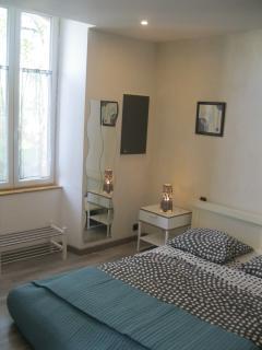 Une chambre claire et spacieuse