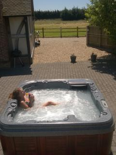 RELAX IN OUR 6 PERSON HOT TUB OVER LOOKING PADDOCKS