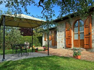 Lovingly renovated Tuscan Farmhouse with pool and garden, sleeps 6