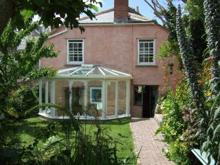 Garden Cottage, beautiful artists cottage, secluded raised garden & sea views.