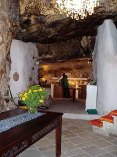 la cucina in grotta con la vecchia mangiatoia dell'asino ora lavandino (ristrutturato)