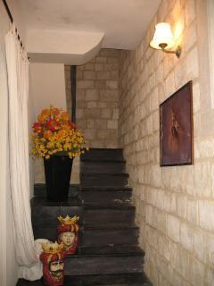 Si sale al primo piano dove sono situate 2 camere e un bagno