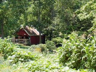 La cabra granero y jardín en la aldea de jardín en lago Highland