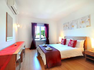 Spacious And Airy Master Bedroom, Air Con, Tastefully Furnished Complete With En Suite