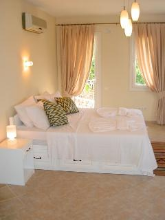 Master en-suite bedroom with kingsize bed