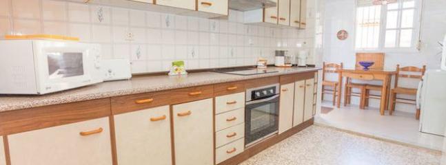 Cocina totalmente equipada con pequeño comedor, horno, microondas, frogorífico, lavadora, etc