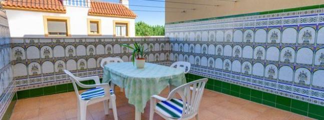 Amplia terraza con vistas al mar decorada con azulejos típicos andaluces