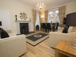 NEW - AARAN OAKS - 5 stars,  3 bedrms, sleeps 6, in the heart of North Berwick