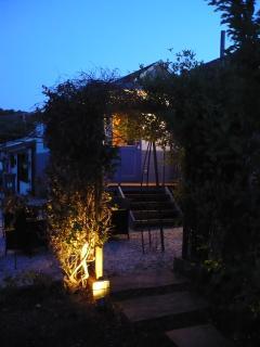 La roulotte la nuit, à l'entrée du jardin paysager.