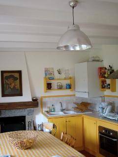 La cuisine, avec une cheminée