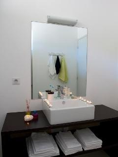 Le meuble vasque dans la salle de bain