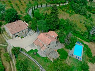 Fantastic villa in the gorgeous Tuscan countryside with private pool and access to trekking trails, sleeps up to 13