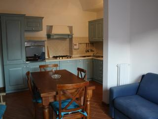 QUIET APARTMENT AT THE CENTRE WITH LARGE TERRACE, FREE WIFI,  DISHWASHER, La Maddalena