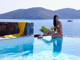 Cosy villa next to the beach & village Elounda