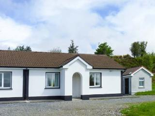 ROBIN'S ROOST, ground floor, en-suite, off road parking, lawned garden, in Cornamona, Ref 913356