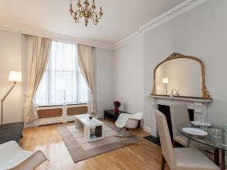 Central and bright 2 beds flat