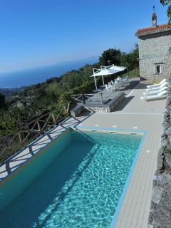La piscina ed il solarium