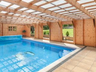 The Cabin with own indoor swimming pool. WiFi, rural setting close to vineyard.
