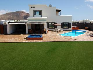 3 bedroomed detached luxury villa,  pool, 2 jacuzzis, pool/ping pong,sea views,