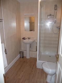 Master bedroom en-suite bathroom