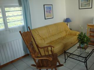 lounge area, featuring oak American rocking chair