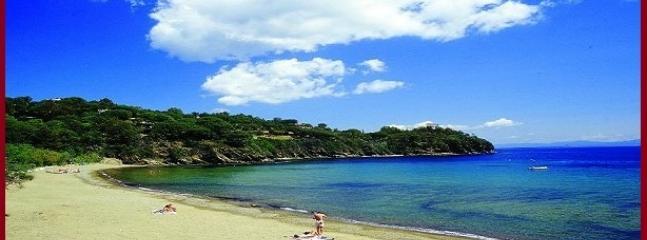 La spiaggia adiacente a circa 150 mt raggiungibile comodamente a piedi senza ripide salite o discese