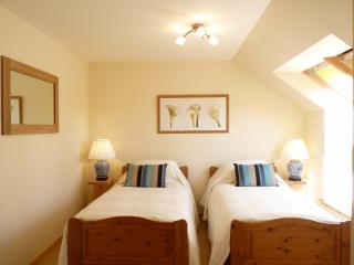 East Twin. Spacious Light Room with Shower Ensuite