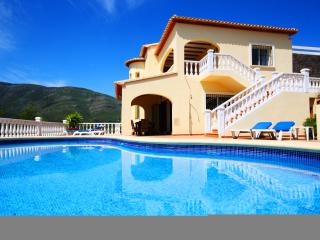 Casa de las Montanas, private detached villa with pool, A/C, WiFi, BBQ zone