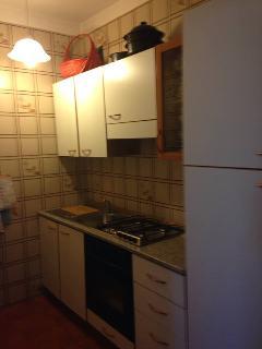 cucinotto con fuochi, frigo, congelatore e microonde
