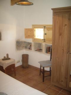 Armario y ventana de la habitación pequeña