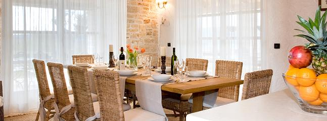 stunning dinner table for 12 guests