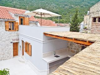 Overview of Villa Oceanus with entrance, patio and sun terrace on 1st floor