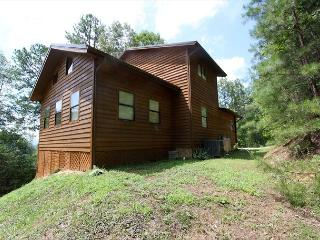 Large Secluded 2 bedroom 2bath log cabin Smoky Ridge Resort Theater/Game Room, Sevierville