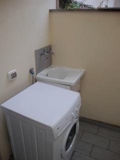 terrazzo di servizio dotato di lavabo, lavatrice e stendi biancheria presente al piano superiore