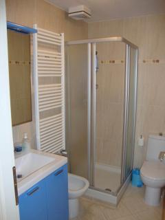 bagno dotato di ampia cabina doccia, lavandino, bidet e wc