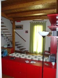 ingresso con particolare delle travi in legno del soffitto/soppalco