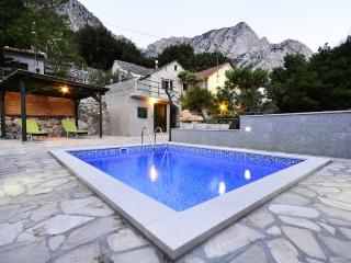 Cute Traditional Dalmatian holiday home w/ pool