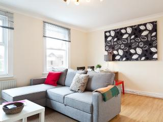 Two Bedroom Modernized Duplex Apartment w Balcony, Londres