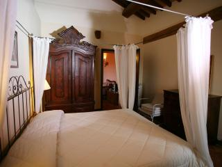 Elegant apartment in historic Tuscan building with private garden, Monticchiello