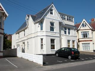 Alum Chine Family Beach Flat - sleeps 5, and only 5 mins walk from the beach!